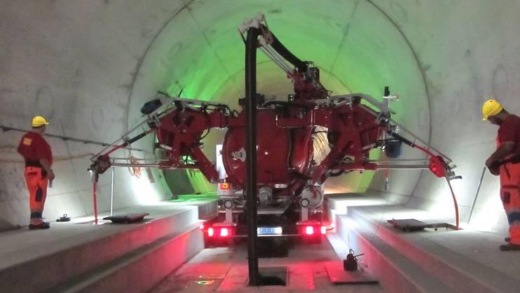 Wo im Gotthard-Basistunnel noch keine Schienen verlegt sind, arbeitet die Marquis-Reinigungsmaschine als Lastwagen. zvg