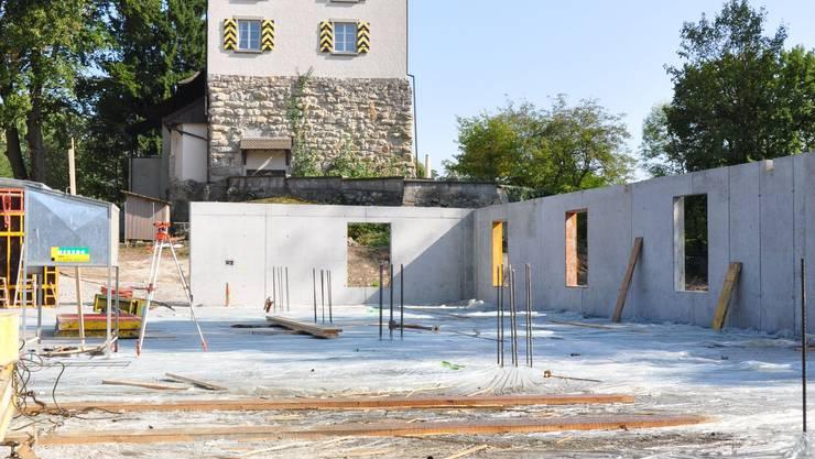 Die Baustelle für die Einstellhalle vor dem Schloss Auenstein.