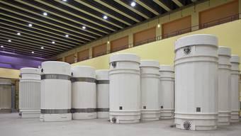 Transport- und Lagerbehaelter für hochradioaktive Abfaelle stehen im Behälterlagergebaeude im Zwischenlager ZWILAG in Würenlingen AG. Die Behälter enthalten verglaste Abfälle aus den Wiederaufbereitungsanlagen und ausgediente Brennelemente aus den schweizerischen Kernkraftwerken. (Archivbild)