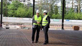 Der Wettinger Gemeindeammann Roland Kuster und der Badener Stadtammann Markus Schneider auf der Baustelle im Tägi.