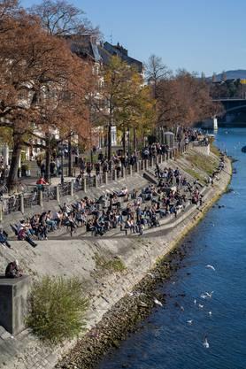Herbstwärme in Basel, Stadt- und Messebummler sind leicht gekleidet unterwegs durch die Stadt.