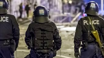 Am letzten Wochenende sind zahlreiche Polizisten verletzt worden.