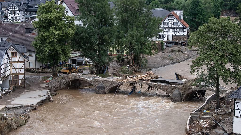 Die Brücke in einem Dorf im Kreis Ahrweiler in Rheinland-Pfalz ist nach dem Unwetter mit Hochwasser unpassierbar geworden. Nach Unwettern im Westen Deutschlands sind ganze Landstriche verwüstet, Häuser weggespült und mindestens 43 Menschen gestorben. Foto: Boris Roessler/dpa