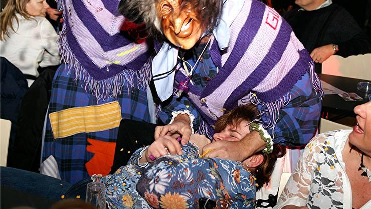 Der selbst gestrickte violette Schal ist das Erkennungszeichen der Guggi Häxe. zvg