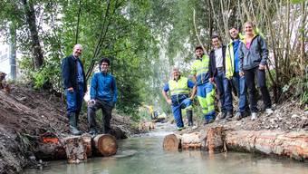 Fischenzpächter Ruedi Jost (links) und die Mitarbeiter von Kanton, Planungs- und Ausführungsunternehmen freuen sich über den renaturierten Holzbach, der endlich wieder plätschert. Andrea Weibel