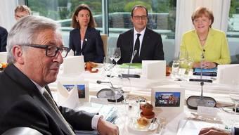 EU-Kommissionschef Jean-Claude Juncker (links), Frankreichs Präsident François Hollande (Mitte) und Angela Merkel (rechts) kamen in Berlin zusammen. Später besprachen sie sich mit EZB-Präsident Draghi und IWF-Chefin Lagarde zu Griechenland