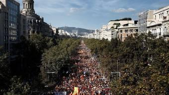 """Bei der ersten grossen Gegenkundgebung seit den Gerichtsurteile gegen neun Separatistenführer, war auf den Strassen Barcelonas wieder ein Meer aus spanischen Flaggen zu sehen. Viele riefen """"Viva España!"""" und """"Es lebe der König!""""."""