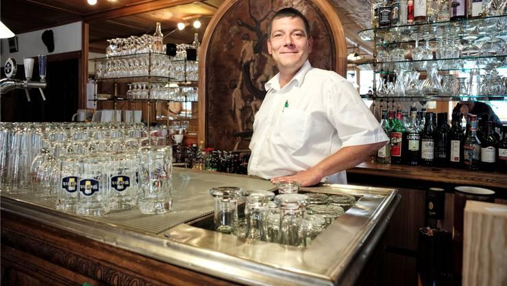 Adrian Jaton in der Gaststube: Hinter ihm steht das Eichenholz-Buffet aus dem Jahre 1867.