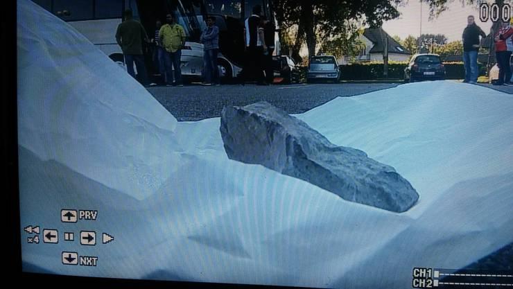 Mit diesem 10-Zentimeter-grossen Stein wurde der Aarauer Fan-Bus von Zürcher Hooligans angegriffen.
