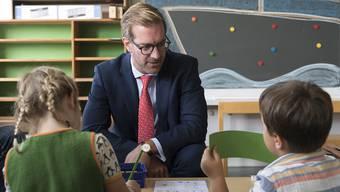 Nicht immer zeigt sich das Erziehungsdepartement so volksnah wie beim Schulbesuch von Vorsteher Conradin Cramer im Jahr 2017. (zvg)