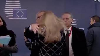 Der Präsident der Europäischen Kommission, Jean-Claude Juncker, ist beim Gipfel der EU-Staats- und Regierungschefs am Freitag durch merkwürdiges Verhalten aufgefallen.