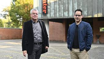 Der Präsident des Vereins Kuratorium IMG und der künstlerische Leiter der IMG vor dem Parktheater.