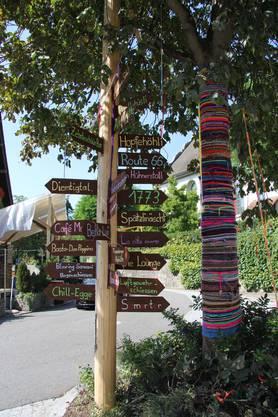 In der Dorfmitte weist ein Schilderwald den Weg zu den zahlreichen Ständen
