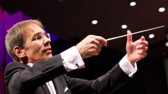 Karl Herzog dirigiert sein Orchester.