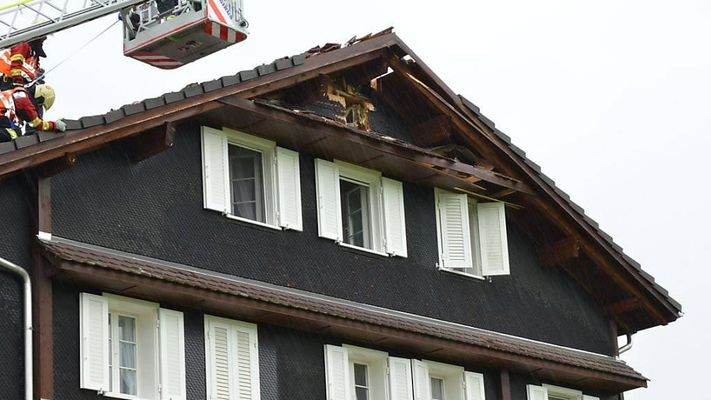 In Unterägeri schlug ein Blitz in ein Wohnhaus ein, es ist zur Zeit nicht mehr bewohnbar.