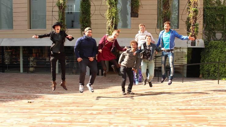 Die Projektgruppe, bestehend aus mehreren Jugendlichen im Alter von 16 bis 24