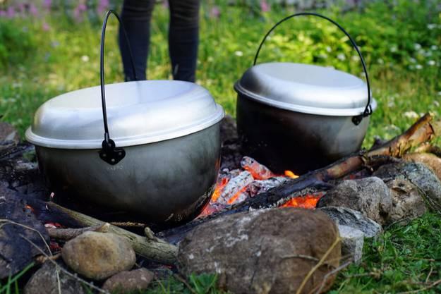 Kochen über dem Feuer.