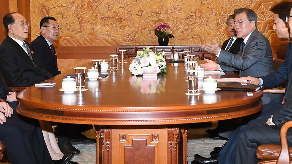 Ein historisches Treffen: Südkoreas Präsident Moon Jae In (3.v.r.) empfing eine hochklassische Delegation Nordkoreas.
