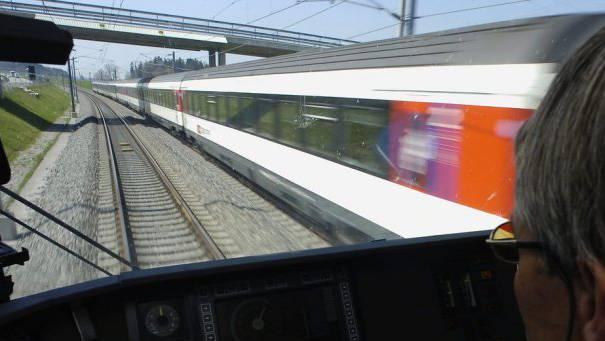 Die Unterhaltsteams der SBB nehmen auf der Strecke der Bahn 2000 Kontrollen vor und bauen die Aussensignale zurück. (Archiv)