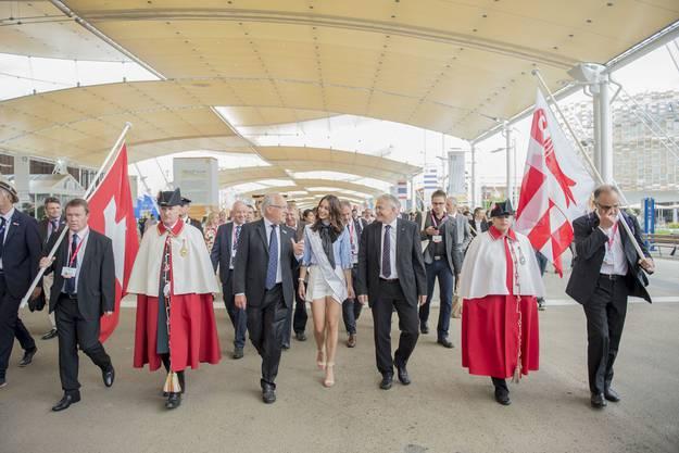 Bundesrat Johann Schneider-Ammann, Miss Schweiz Laetitia Guarino und Staenderatspräsident Claude Heche (v.l.) anlässlich des Schweizer Nationalfeiertages am Samstag, 1. August 2015, an der Expo in Mailand.