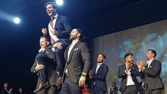 Der neue Mister Right René Brügger wird von seinen Mitstreitern auf die Schultern gehoben und gefeiert. Diese zwölf Kandidaten schafften es ins Finale in der Stadthalle Dietikon. In Lederhosen und mit bayrischer Musik eröffneten sie den Anlass. Für den Urdorfer Teilnehmer Dominik Altorfer war es eine tolle Erfahrung.