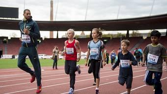 Der Ständerat will bei Jugend und Sport nicht sparen. Im Bild: Leichtathlet Kariem Hussein trainiert mit Kindern im Stadion Letzigrund in Zürich.