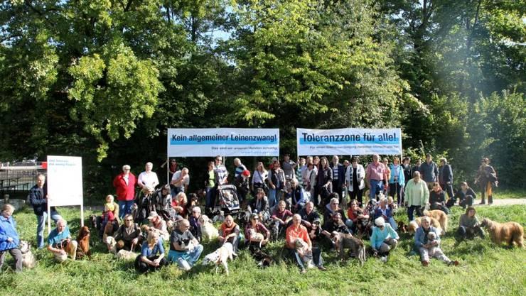 Mitglieder der Hunde Partei bei der Einweihung der Limmatauen