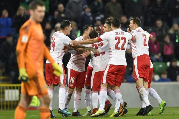 1:0 – Die Schweizer Nati jubelt über Ricardo Rodriguez' verwandeltem Elfmeter.