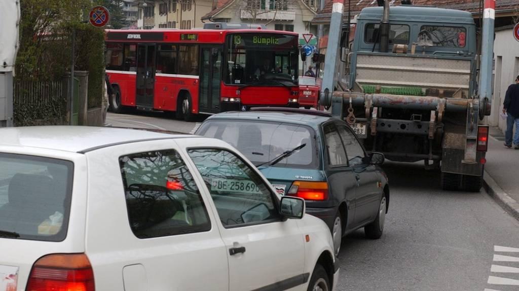 Im Strassenverkehr zeigt sich erst eine ganz leichte Verschiebung vom privaten zum Öffentlichen Verkehr: Von beidem gibt es unverdrossen stetig mehr. Immerhin nimmt der Privatverkehr etwas langsamer zu als der Öffentliche (Symbolbild).