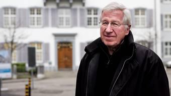 René Rhinow vor dem Regierungsgebäude in Liestal.