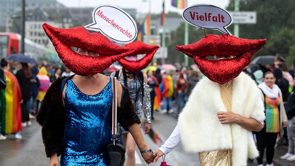 Trotz anhaltendem Regen und Corona-Pandemie sind am Sonntag Tausende Menschen bei der CSD-Parade durch Köln gezogen. Foto: Marius Becker/dpa