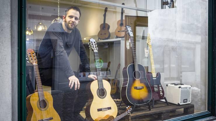 Yves Schmidt richtet im künftigen Musikhaus «Unplugged» die Schaufenster ein. Am kommenden Dienstag will er den Laden eröffnen.