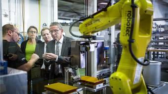 Die Delegation des Volkswirtschaftsdepartements mit Landammann Urs Hofmann an der Spitze bei der Robotec Solutions AG in Seon.