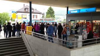Die Reisenden werden ab Frick mit Bahnersatzbussen Richtung Brugg transportiert.