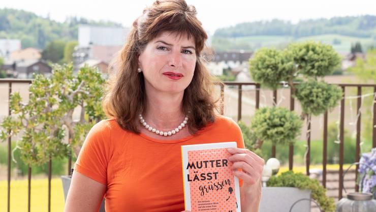 Angela Weiss mit ihrem neuen Buch «Mutter lässt grüssen».