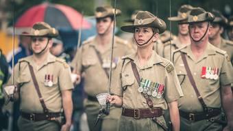 Orden raus, Kinn hoch, Säbel gezückt: Am Anzac Day veranstaltet fast jede grössere Gemeinde in Australien eine Parade für ihre Kriegsveteranen.