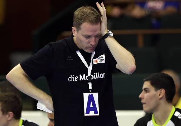 Kurz vor Schluss musste die Schweiz noch zittern: Coach Michael Suter leidet mit.