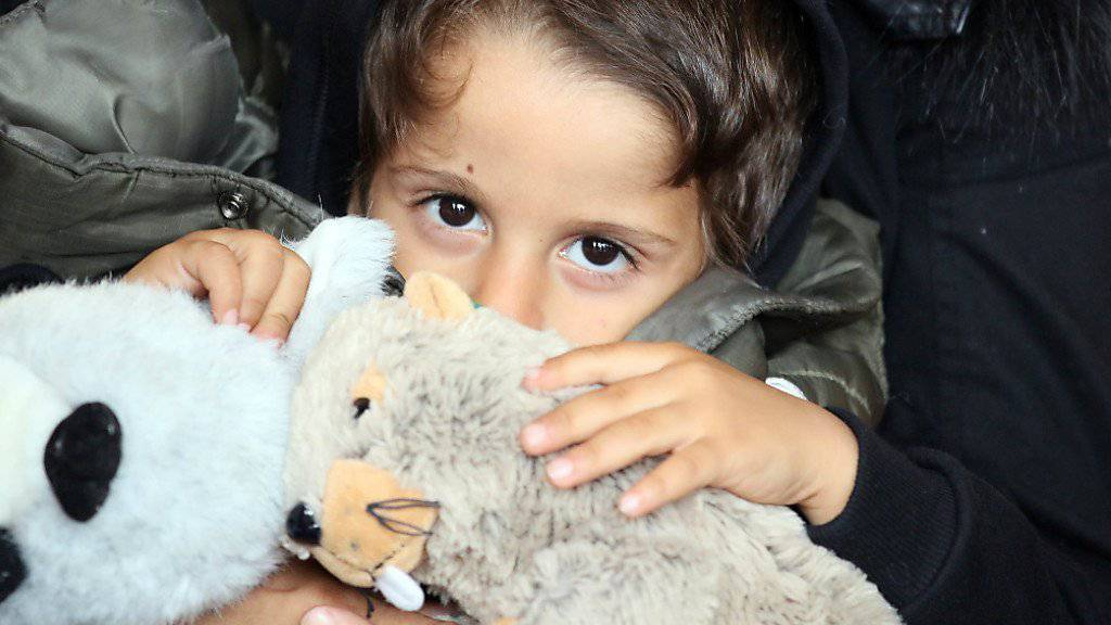 Ein Flüchtlingskind am Wiener Westbahnhof.