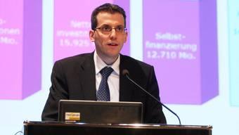 Reto Notter, Finanzverwalter Stadt Solothurn, hatte auch vor einem rosigen Hintergrund keine rosigen Zahlen zu präsentieren.