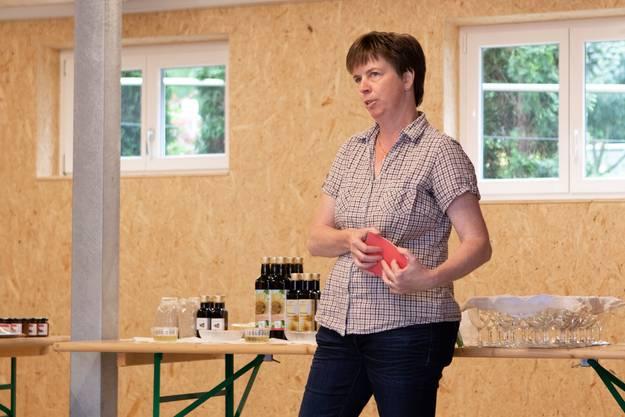 Ruth Gasser gibt Hintergrundinformationen zu ihrer Ölproduktion.