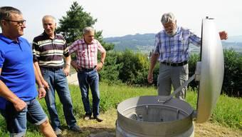 Ruedi Bertschi zeigt den Schacht beim Reservoir Reistel.