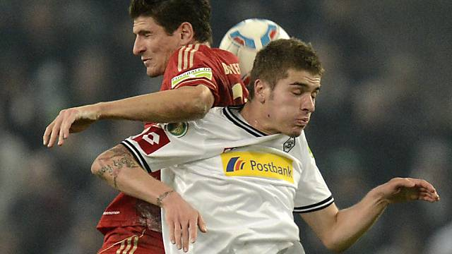 Gladbachs Neustädter im Luftkampf mit Bayerns Mario Gomez.