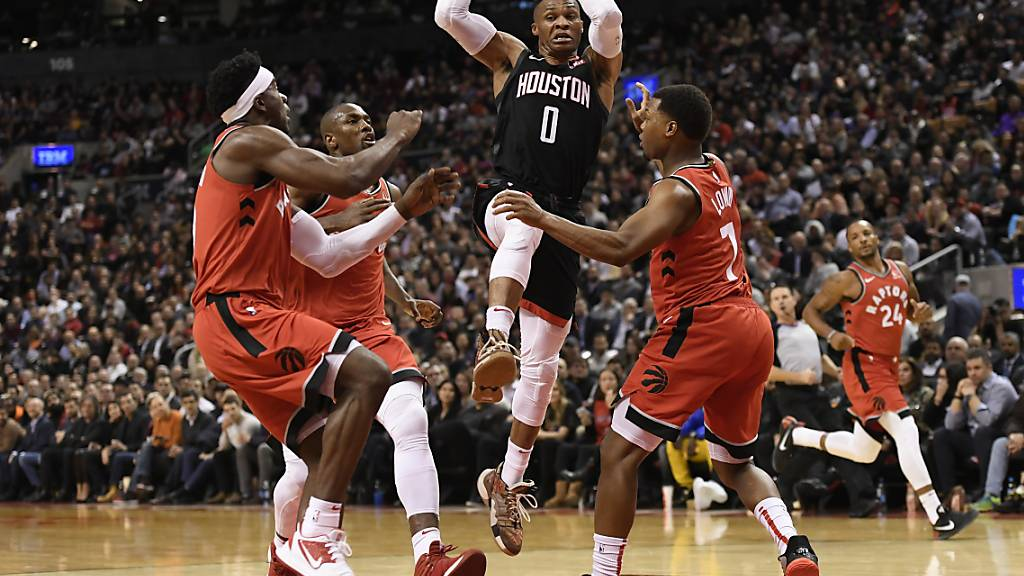Houstons Russell Westbrook kontrolliert in Toronto gegen drei Gegenspieler den Ball