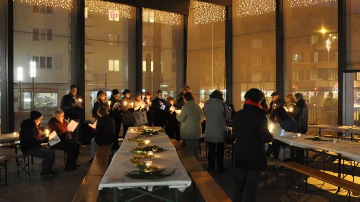 In Dietikon verwandelte sich die Markthalle mit Musik und  Kerzen beinahe in eine Kathedrale. Daneben hielten Punsch und Würstchen die Besucher warm.