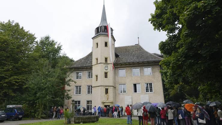 Ein Schloss wird belagert – viele kamen, um den Aarhof zu besichtigen, denn sind die Praxen einmal eingebaut, ist dies nur noch als Patient möglich.