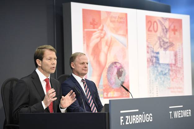 Fritz Zurbrügg, Vizepräsident des SNB-Direktoriums, und Thomas Wiedmer, stellvertretendes Mitglied des Direktoriums der SNB, präsentieren die neue Schweizer 20-Franken-Note.