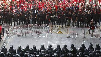 Polizei riegelt Strassen in Bangkok ab