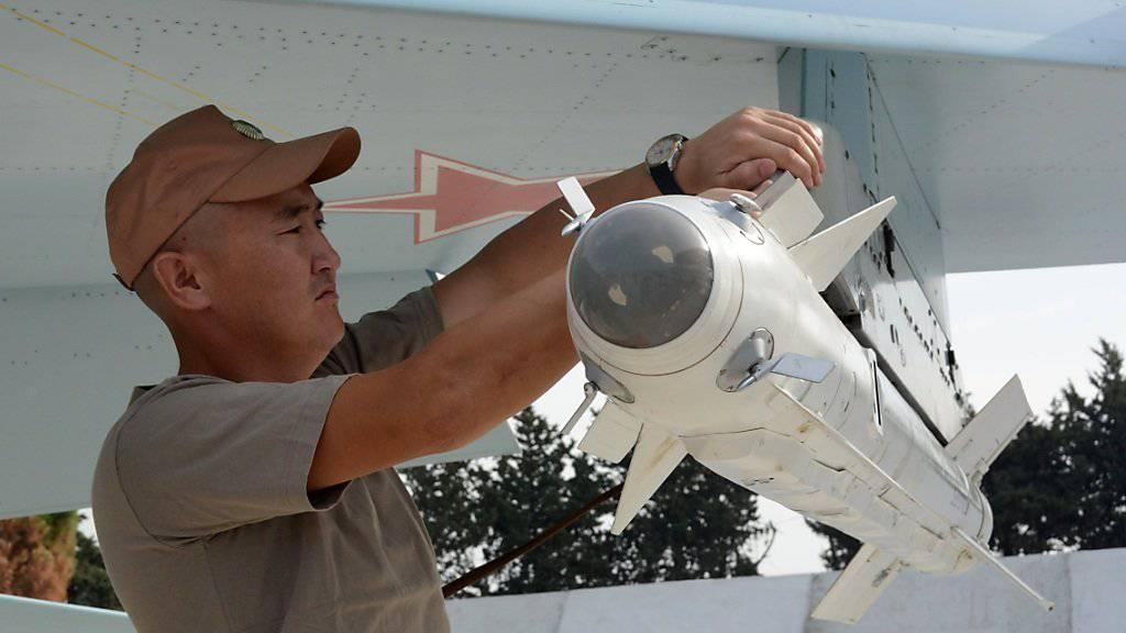 Ein russisches Kampfflugzeug wird für einen Einsatz vorbereitet. Die russische Rüstungsindustrie profitierte von gestiegenen Militärausgaben weltweit. (Symbolbild)