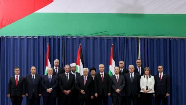 Abbas lässt sich mit der neuen Einheitsregierung ablichten