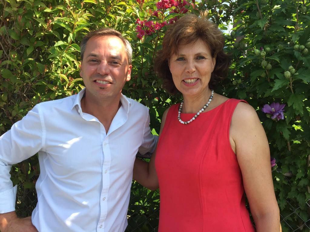 Boris Reichhardt und Charlene Lanter-Dornbierer haben der Gemeinde zwei Bänkli geschenkt.
